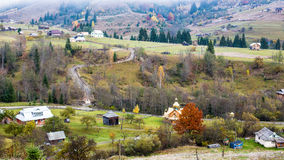 Φθινόπωρο κατά την ουκρανική Καρπάθια άποψη ορεινών χωριών Στοκ εικόνες με δικαίωμα ελεύθερης χρήσης