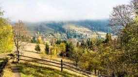 Φθινόπωρο κατά την ουκρανική Καρπάθια άποψη ορεινών χωριών Στοκ εικόνα με δικαίωμα ελεύθερης χρήσης