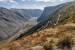 Φθινόπωρο κοιλάδων οδικών περασμάτων βουνών Στοκ Φωτογραφίες