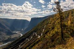 Φθινόπωρο κοιλάδων οδικών περασμάτων βουνών στοκ εικόνα