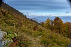Φθινόπωρο στα βουνά βουνά πολύχρωμα φθινόπωρο ζωηρόχρωμο Στοκ φωτογραφία με δικαίωμα ελεύθερης χρήσης