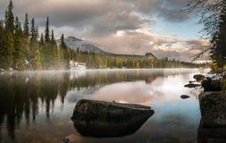 Φθινόπωρο στα βουνά Tatra, λίμνη Strbskie Pleso, Σλοβακία Στοκ Εικόνες