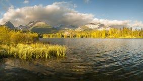 Φθινόπωρο στα βουνά Tatra, λίμνη Strbskie Pleso, Σλοβακία Στοκ φωτογραφία με δικαίωμα ελεύθερης χρήσης