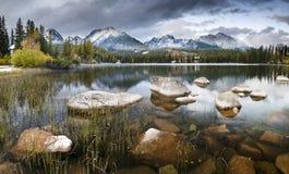 Φθινόπωρο στα βουνά Tatra, λίμνη Strbskie Pleso, Σλοβακία Στοκ εικόνα με δικαίωμα ελεύθερης χρήσης