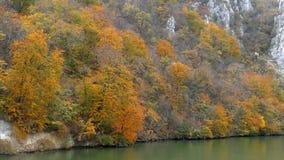 Φθινόπωρο στα φαράγγια Δούναβη και επικεφαλής γλυπτός βασιλιάδων ` s Decebal στο βράχο φιλμ μικρού μήκους