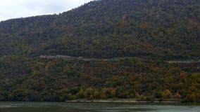 Φθινόπωρο στα φαράγγια Δούναβη, σύνορα μεταξύ της Ρουμανίας και της Σερβίας απόθεμα βίντεο