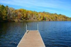 Φθινόπωρο στη λίμνη ορυχείου Pennington και την αποβάθρα βαρκών Στοκ Φωτογραφίες