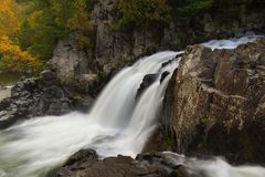 Φθινόπωρο στις διασπασμένες πτώσεις Adirondacks Νέα Υόρκη βράχου στοκ φωτογραφία