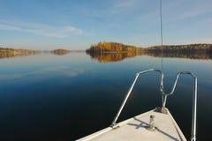 Φθινόπωρο στον ήλιο lake Στοκ Φωτογραφίες