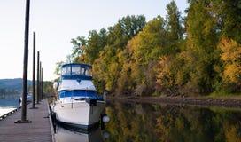 Φθινόπωρο στον ποταμό της Κολούμπια στην αποβάθρα στοκ εικόνες