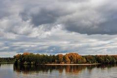 Φθινόπωρο στον ποταμό του Βόλγα Κίτρινα και πράσινα δέντρα μπλε ύδωρ Στοκ εικόνες με δικαίωμα ελεύθερης χρήσης