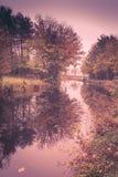 Φθινόπωρο στο κανάλι Στοκ φωτογραφία με δικαίωμα ελεύθερης χρήσης