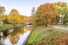 Φθινόπωρο στο κεντρικό δημόσιο πάρκο της Ρήγας, Λετονία, ΕΚ στοκ φωτογραφία