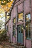 Φθινόπωρο στο ρόδινο εξοχικό σπίτι Στοκ εικόνες με δικαίωμα ελεύθερης χρήσης