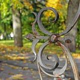 Φθινόπωρο Σφυρηλατημένα στοιχεία στο πάρκο φθινοπώρου στοκ φωτογραφία με δικαίωμα ελεύθερης χρήσης