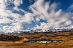 Φθινόπωρο σύννεφων χιονιού αντανάκλασης βουνών λιμνών Στοκ εικόνα με δικαίωμα ελεύθερης χρήσης
