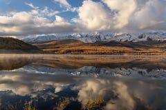 Φθινόπωρο σύννεφων χιονιού αντανάκλασης βουνών λιμνών Στοκ Εικόνες