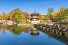 Φθινόπωρο του παλατιού Gyeongbokgung στη Σεούλ, Κορέα στοκ φωτογραφίες