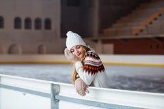 Φθινόπωρο, χειμερινό πορτρέτο: Η νέα χαμογελώντας γυναίκα έντυσε σε μια θερμή μάλλινη ζακέτα, τα γάντια και το καπέλο που θέτουν  Στοκ εικόνα με δικαίωμα ελεύθερης χρήσης