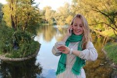 Φθινόπωρο όμορφες νεολαίες γυναικών πάρκων Στοκ εικόνα με δικαίωμα ελεύθερης χρήσης