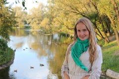 Φθινόπωρο όμορφες νεολαίες γυναικών πάρκων Στοκ Φωτογραφίες