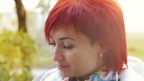 Φθινόπωρο camera looking woman young 4K φιλμ μικρού μήκους