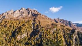 Φθινόπωρο Vals Ελβετία εναέριο 4k Άλπεων βουνών φιλμ μικρού μήκους