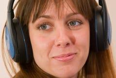 φθορά ακουστικών κοριτσ Στοκ εικόνες με δικαίωμα ελεύθερης χρήσης