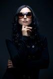 φθορά γυαλιών ηλίου brunette Στοκ Φωτογραφίες
