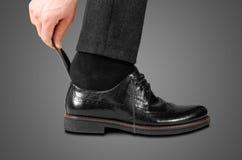 Φθορά των μαύρων παπουτσιών με ένα κουτάλι η ανασκόπηση απομόνωσε το λευκό στοκ εικόνα με δικαίωμα ελεύθερης χρήσης