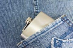 Φιάλη ισχίων στην τσέπη τζιν τζιν Στοκ φωτογραφία με δικαίωμα ελεύθερης χρήσης