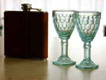 Φιάλη ουίσκυ και δύο γυαλιών στοκ εικόνες με δικαίωμα ελεύθερης χρήσης