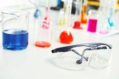 Φιάλη στο ερευνητικό εργαστήριο φαρμακείων χημείας στοκ φωτογραφία με δικαίωμα ελεύθερης χρήσης