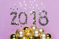2018 φιαγμένο από κομφετί με τις διακοσμήσεις Χριστουγέννων γυαλιού Στοκ Εικόνα