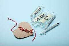 Φιαλλίδια με oxytocin, ορμόνη αγάπης Βιοχημεία στο σώμα Σπασμένη καρδιά στοκ φωτογραφίες