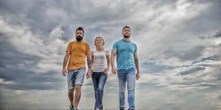 Φιλία δοκιμασμένη για χρόνια Ενωμένοι threesome αληθινοί φίλοι Δραματικό νεφελώδες υπόβαθρο ουρανού περιπάτων ανδρών και γυναικών στοκ εικόνες με δικαίωμα ελεύθερης χρήσης
