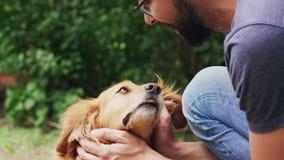 Φιλία μεταξύ των ανθρώπων και των κατοικίδιων ζώων απόθεμα βίντεο