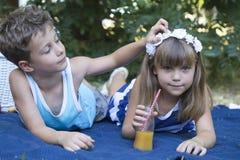 Φιλία μικρών παιδιών και κοριτσιών Στοκ Φωτογραφίες