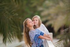 Δύο ευτυχή κορίτσια ως αγκάλιασμα φίλων μεταξύ τους με τον εύθυμο τρόπο Μικρές φίλες στο πάρκο Φιλία παιδιών που χαμογελά μαζί στοκ εικόνα