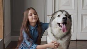 Φιλία του ευτυχούς οικογενειακού σκυλιού και του χαμογελώντας παιδιο φιλμ μικρού μήκους