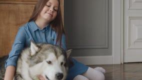 Φιλία του ευτυχούς οικογενειακού σκυλιού και του χαμογελώντας παιδιο απόθεμα βίντεο