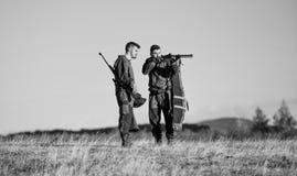 Φιλία των κυνηγών ατόμων Μόδα στρατιωτικών στολών Δυνάμεις στρατού Κάλυψη Δεξιότητες κυνηγιού και εξοπλισμός όπλων Πώς στοκ εικόνες