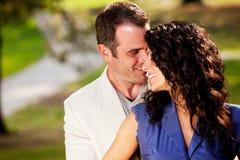 φιλί αγκαλιάσματος ζευ& Στοκ Εικόνες