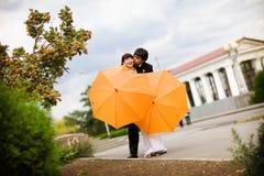 φιλί νεόνυμφων νυφών Στοκ Εικόνες