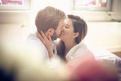 Φιλί στο κρεβάτι στοκ φωτογραφία