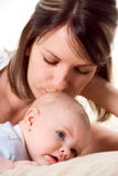 φιλί mom s στοκ εικόνες με δικαίωμα ελεύθερης χρήσης