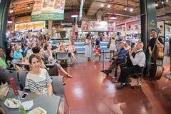 ΦΙΛΑΔΕΛΦΕΙΑ, ΗΠΑ - 19 Ιουνίου 2016 - άνθρωποι που αγοράζουν και που τρώνε στην αγορά πόλεων Στοκ Εικόνες
