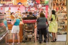 ΦΙΛΑΔΕΛΦΕΙΑ, ΗΠΑ - 19 Ιουνίου 2016 - άνθρωποι που αγοράζουν και που τρώνε στην αγορά πόλεων Στοκ εικόνες με δικαίωμα ελεύθερης χρήσης