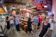 ΦΙΛΑΔΕΛΦΕΙΑ, ΗΠΑ - 19 Ιουνίου 2016 - άνθρωποι που αγοράζουν και που τρώνε στην αγορά πόλεων Στοκ φωτογραφία με δικαίωμα ελεύθερης χρήσης