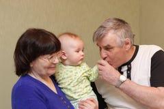 φιλιά χεριών παππούδων μωρών στοκ φωτογραφία με δικαίωμα ελεύθερης χρήσης